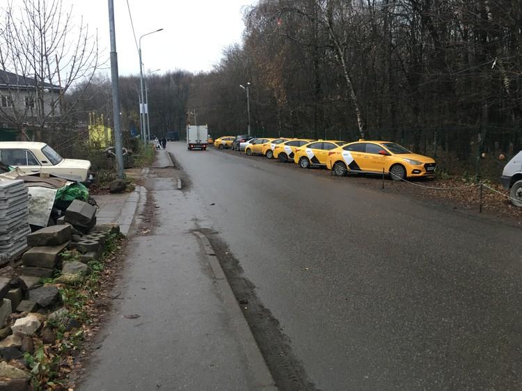 Вечером вдоль дороги выстраиваются желтые машины - таксисты приезжают поспать.