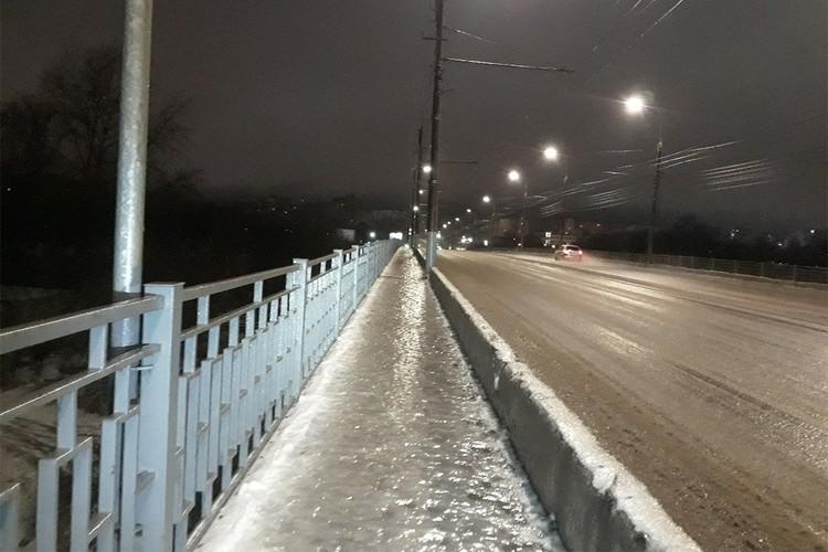 Льдом покрылись и тротуары, и проезжая часть. Фото: vk.com/meteokirov, Даниил КАТЕРБАРГ