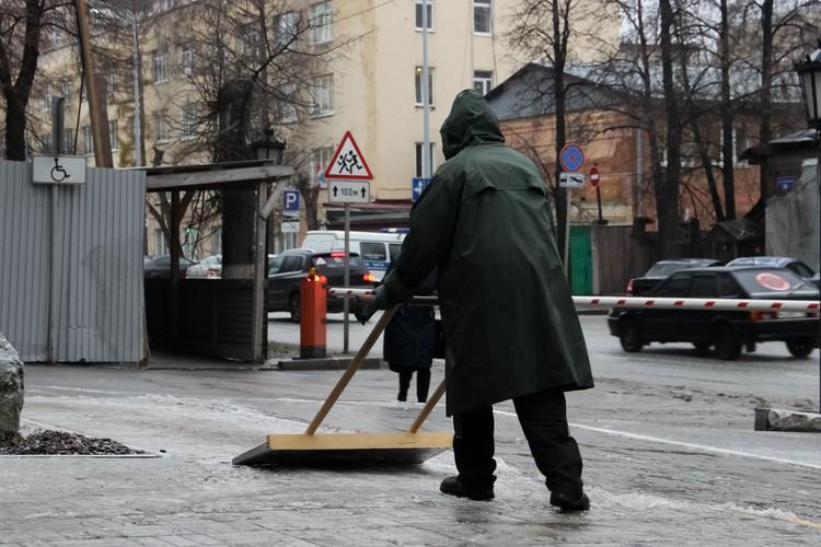 Лед и снежную кашу на тротуарах дворники убирали вручную.
