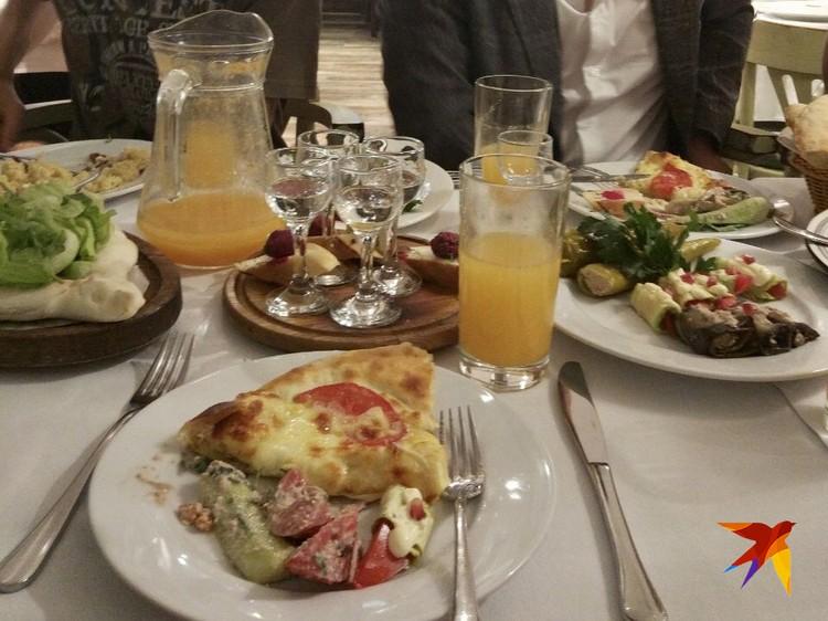 В грузинском ресторане (символично, не правда ли?), где проходил званый ужин в честь открытия Школы, мы расположились за двумя столами. Чача лилась рекой и развязывала язык всем участникам.