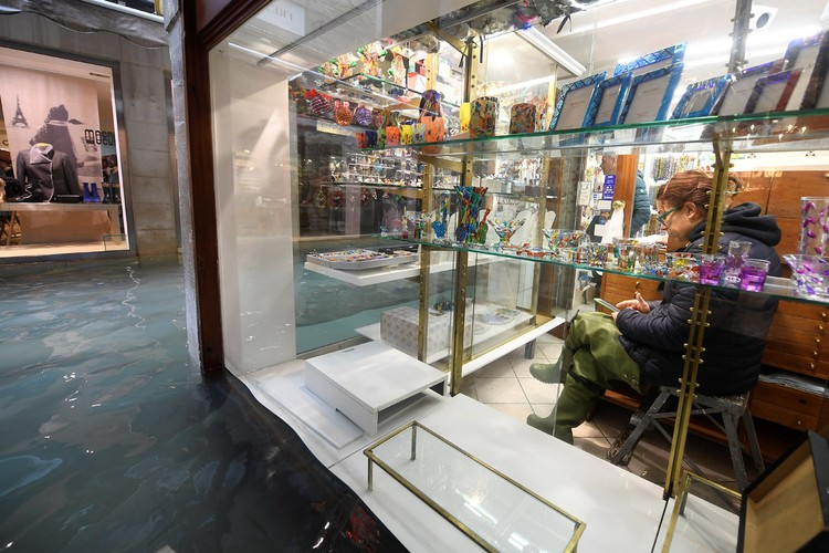 Работа магазинов с безделушками для туристов в центре Венеции.