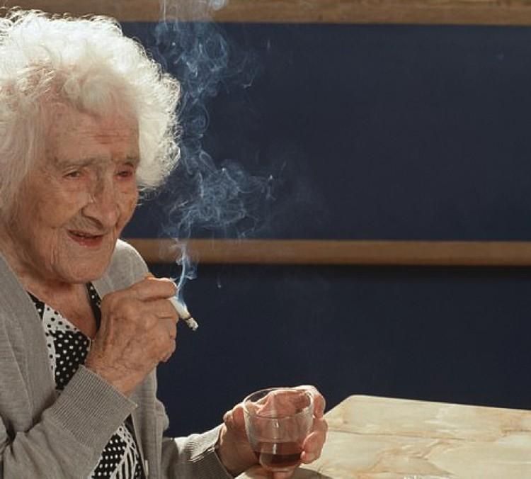 Жанна Кальман (Jeanne Calment) умерла в 1997 году в возрасте 122 года. Обожала шоколад и оливковое масло. А еще выпить и покурить.