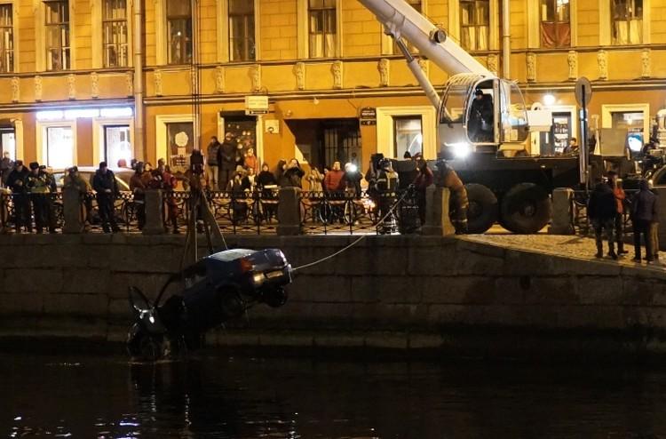 Машина ушла под воду Фото: ДТП и ЧП Петербурга