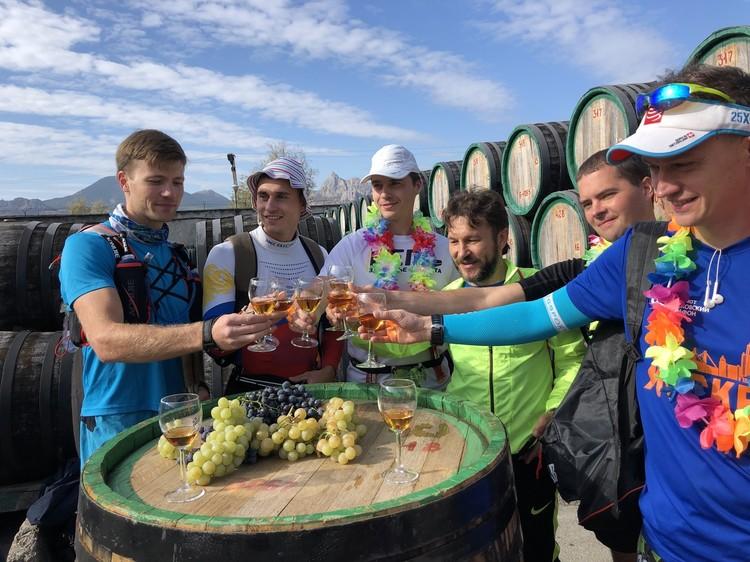 Бегуны могли остановиться и выпить немного. Фото: страница мероприятия ВКонтакте