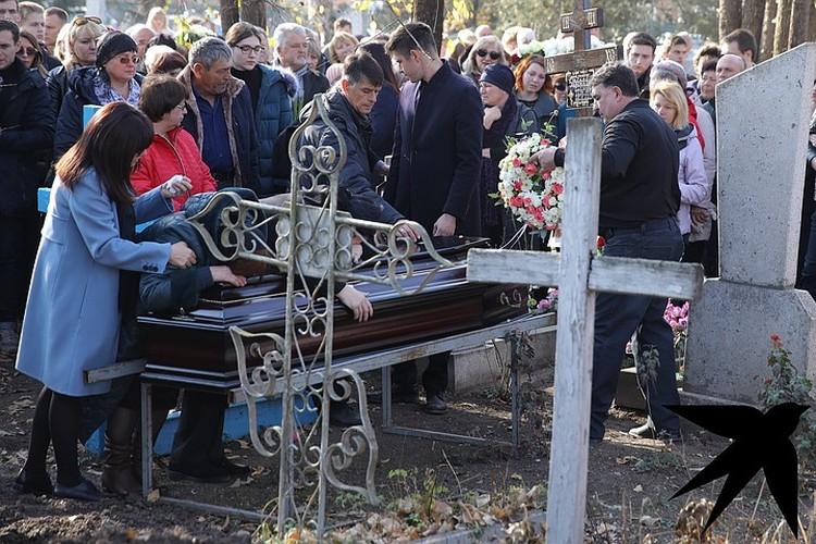 Гроб окружила семья.