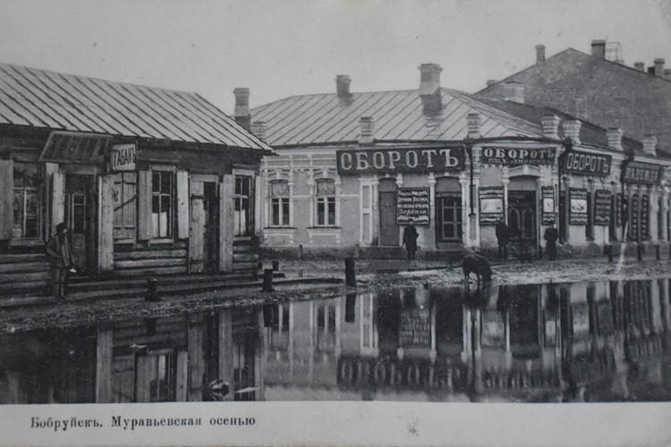 Даже у дорогих лавок стояли огромные лужи, где прогуливались свинки. Фото: Архив Алексея Ненадовца
