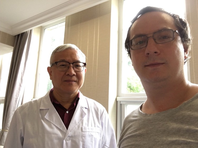 Валерий вместе с китайским доктором. Фото: соцсети.