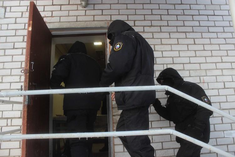 Сотрудники ЧОП пошли в отделение полиции - показывать документы