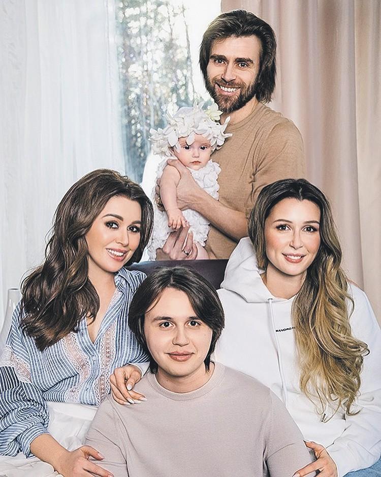 Анастасия (слева) с мужем Петром Чернышевым и детьми. Фото сделано в феврале 2019 года, когда дочке Миле было четыре месяца. Фото: instagram.com/a_zavorotnyuk