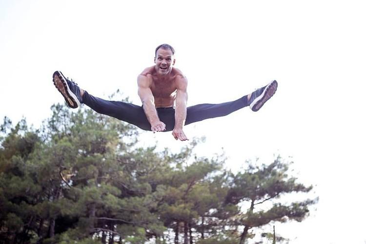 Спортсмен продемонстрировал растяжку в воздухе. Фото: www.instagram.com/oleg_aurumfilm