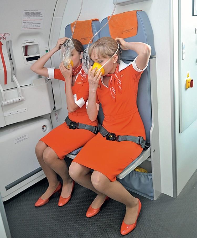 Главная обязанность бортпроводников – организация и обеспечение безопасности пассажиров. Этому при обучении отводится больше всего времени.
