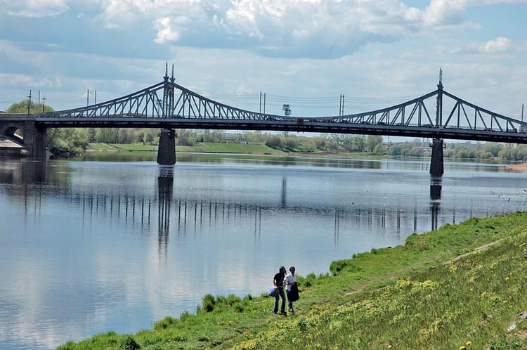 Староволжский мост в Твери. Один из старейших действующих в России. Построен в 1897 – 1900г., расположен рядом с историческим центром города, недалеко от Путевого дворца. Памятник архитектуры. Близнец моста Свободы в Будапеште, построенного в 1896 году.