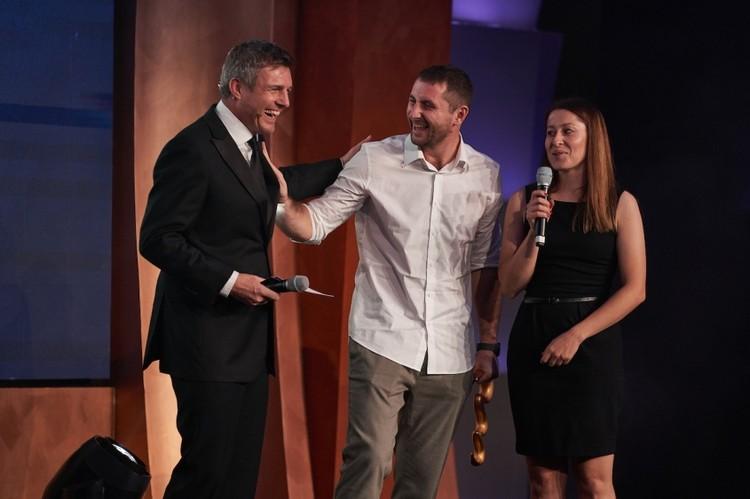 Максим Чужков на церемонии награждения, когда ему вручили приз лучшего вратаря планеты. Фото: beachsoccer.com.