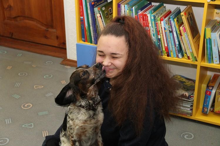 Вместе с хозяйкой Каштанка посещает библиотеку уже пять лет.