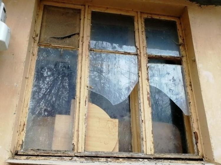 """Окна с выбитыми стеклами были заколочены изнутри. Фото группы """"МЫ - ВОЛОНТЕРЫ! ©Рыжий Хвост"""""""