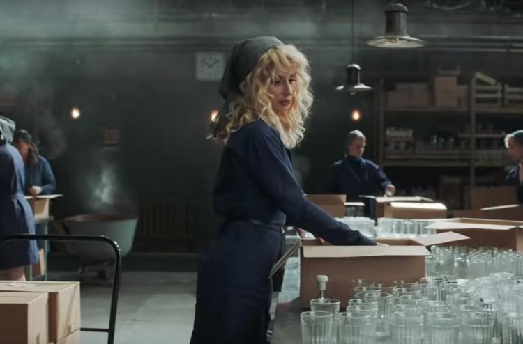 Светлана Лобода играет роковую красотку на производстве. Фото: скриншот видео с Youtube канала Lindemann Official