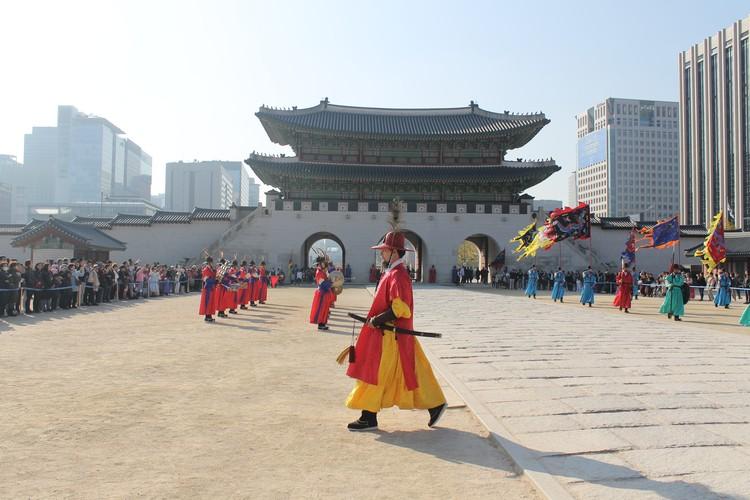 Своеобразный развод караула во дворце Кёнбоккун