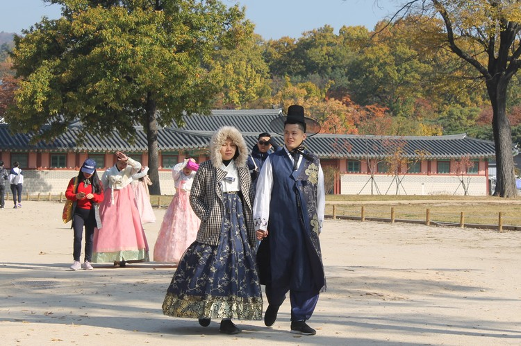 Такие высокие шляпы могли носить только корейские профессора - представители ученого сословия и знати