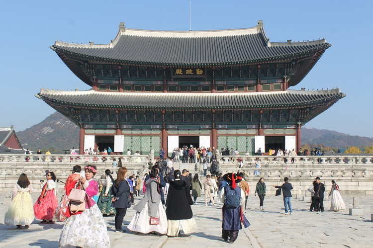Дворцовый комплекс Кёнбоккун был частично разрушен японцами и восстановлен только в 90-х