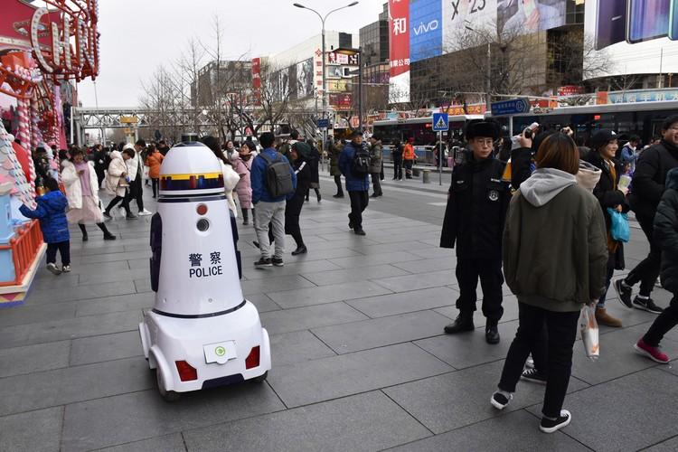 Полицейский робот на улице Пекина.