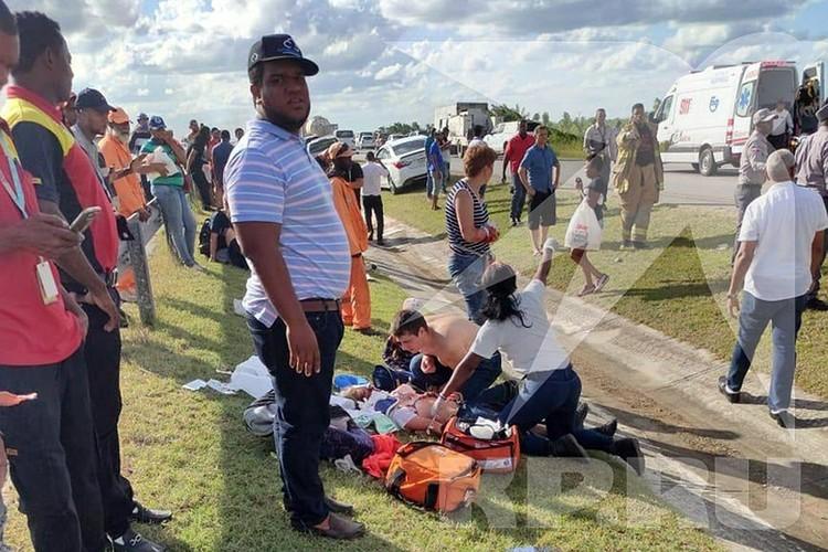 В больницы с места аварии увезли 27 человек, в том числе и детей.