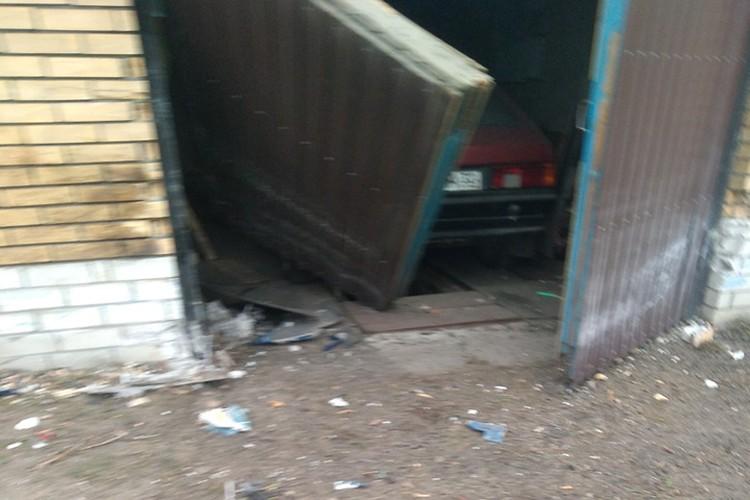 Деталь автомобиля пробила гаражные ворота. Фото: vk.com, Даня Данилов.