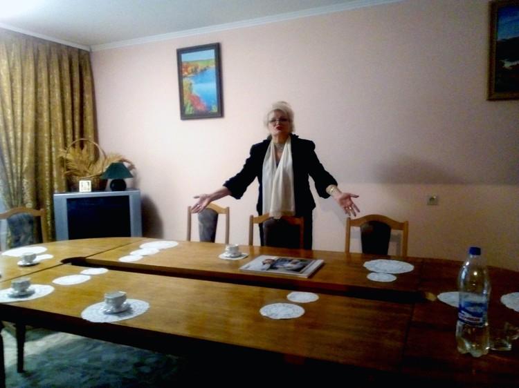 Галина Боженко показала гостиную, в которой Григорий Васильевич поил своих пациентов чаем на меду с травами и выслушивал