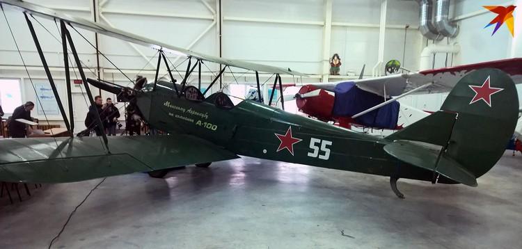 Этот самолет По-2 своим ходом перелетел из Харькова в Минск.
