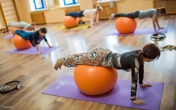 Женщины занимаются не только гимнастикой, но и отдельно проходят курсы самообороны. Фото - Департамент труда и социальной защиты населения Москвы.