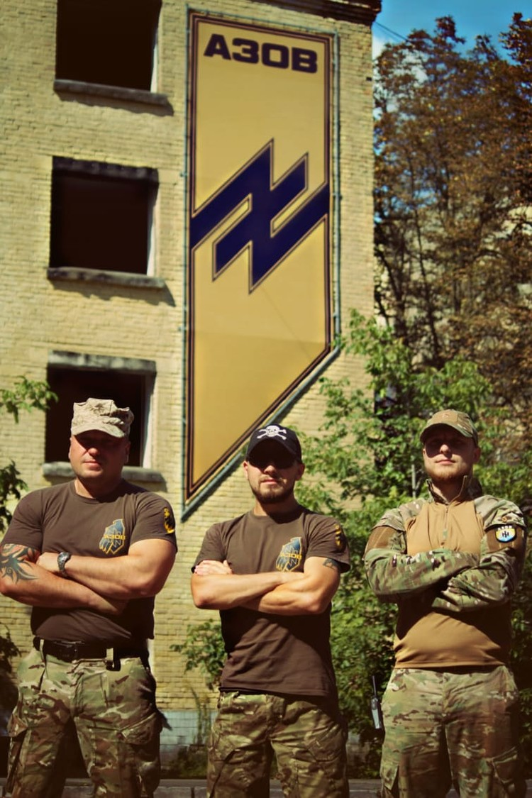 Филиппов (в центре) на базе подготовки под Киевом, где рекруты националистического батальона проходили «курс молодого бойца».