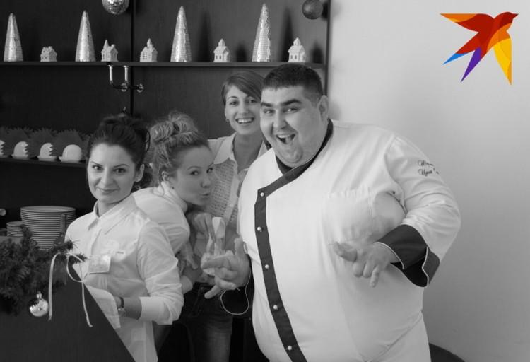 Сергей работает шеф-поваром.