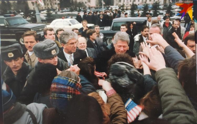В январе 1994-го президент США Билл Клинтон провел в Минске 6 часов (на площади Победы). Фото: личный архив.