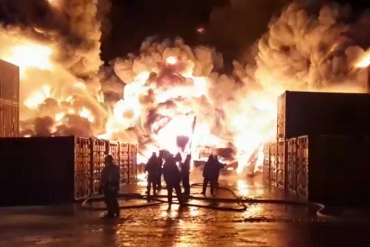 Мощнейший огонь полностью уничтожил ангар со стройматериалами и химикатами. Фото: МЧС РФ по СПб