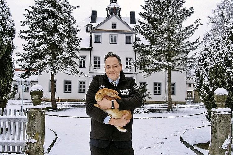 Граф Матиус фон Брайтенбах у своего замка. Фото: Наталья МУРГА