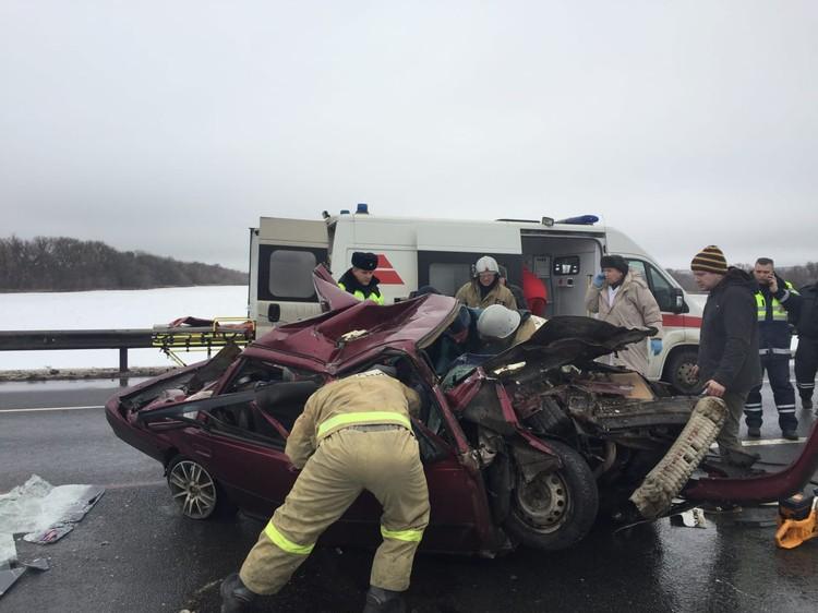 На месте работали спасатели: им пришлось деблокировать зажатых в покореженном автомобиле людей