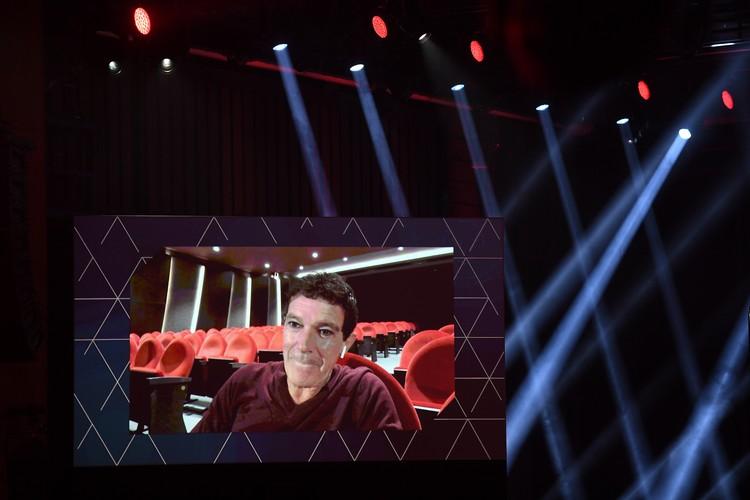 Антонио Бандерас получал награду по видеосвязи