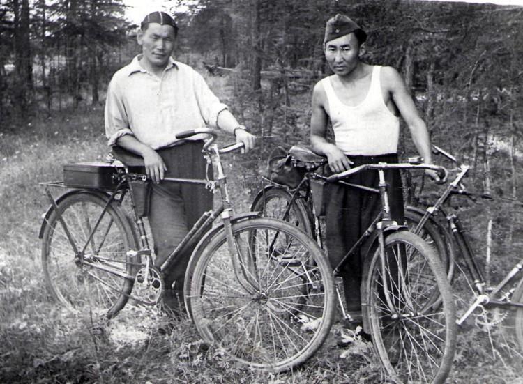 Иван Тимофеевич (слева) увлекался спортом и фотографией и приобщил к этому старшего сына.