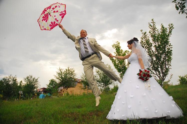Из-за нестабильной демографической ситуации в стране женихам и невестам приходится приспосабливаться.