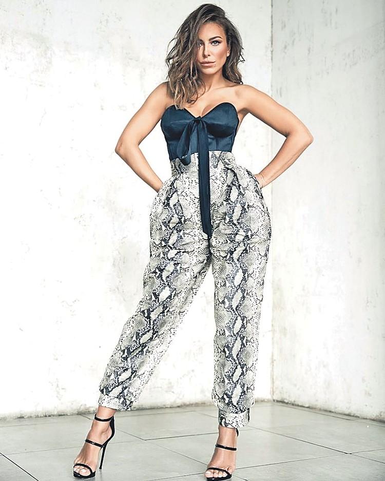 Необязательно на Новый год покупать новое платье - посмотрите на практичную Ани Лорак. Этот нарядный топ можно носить на работу под пиджак, а брюки с таким принтом будут актуальны весь следующий год. Фото: instagram.com