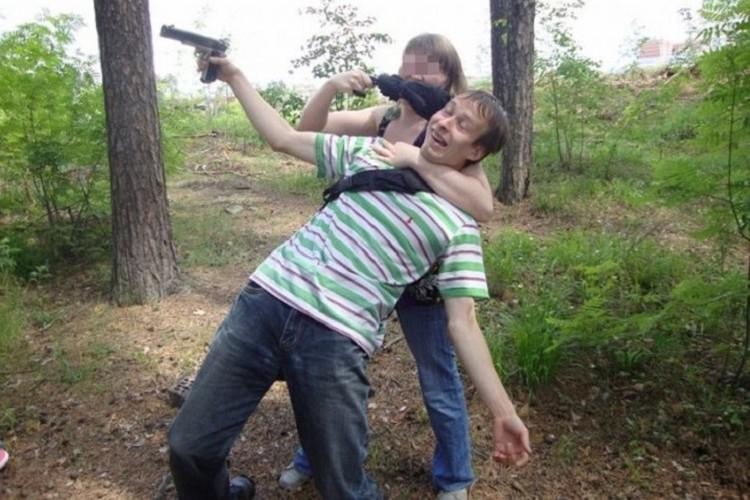 Александров давно коллекционирует оружие. В его арсенале есть пистолет и несколько винтовок. Фото: СОЦСЕТИ