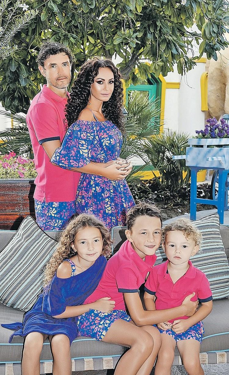 С женой Инной и детьми футболист старается быть как можно чаще