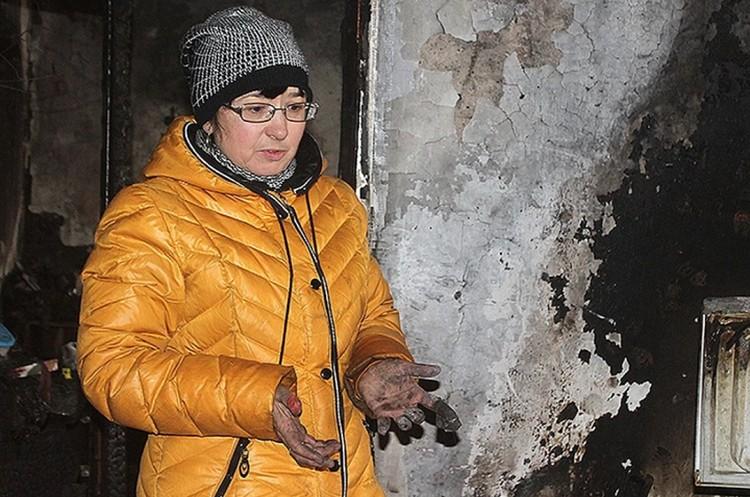 Кто будет отвечать за все, что натворили украинские военные? На архивном фото жительница Донецка, которая вернулась в свою разбомбленную квартиру на утро после обстрела