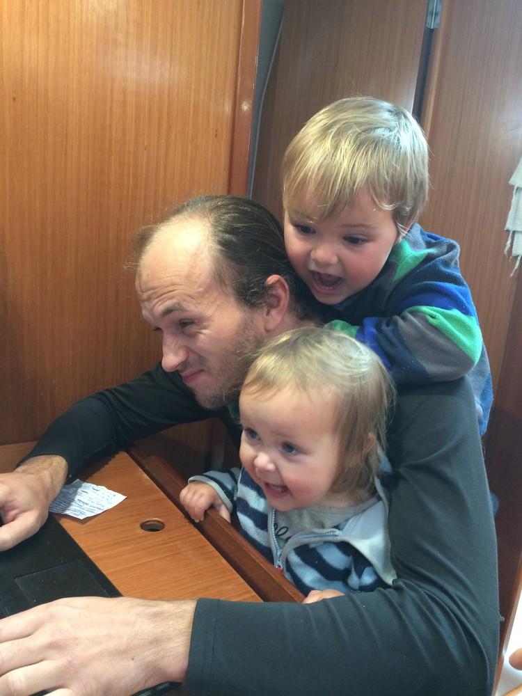 Что делать, пока папа работает? Конечно, помешать ему! Фото: семейный архив