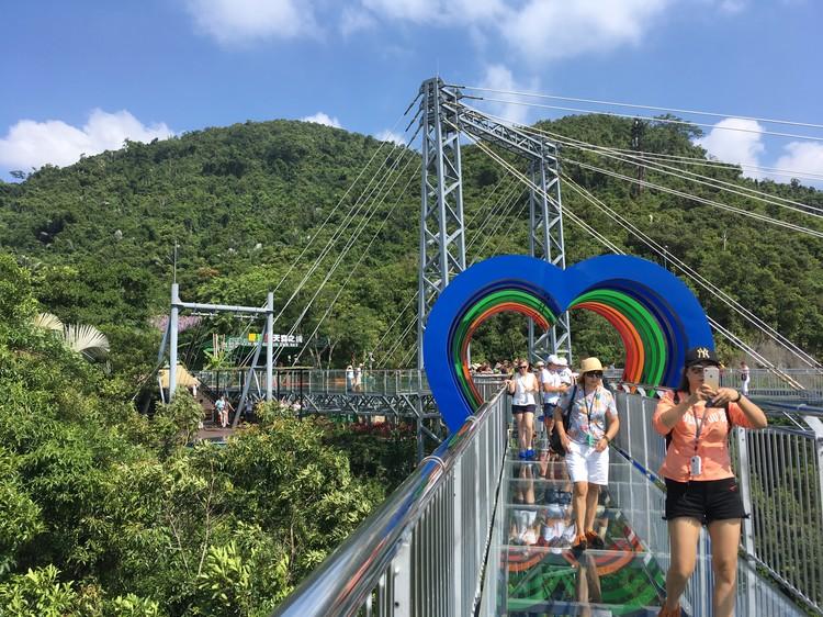 """Стеклянный мост в парке """"Янода"""", нависающий над долиной: для любителей пощекотать нервы и поснимать роскошные пейзажи."""