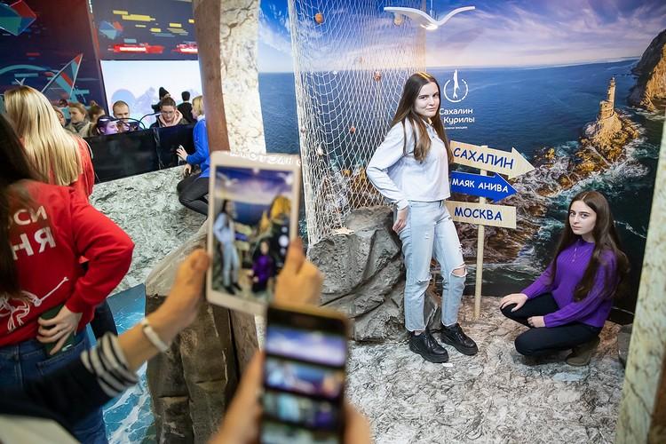 В фотозоне: снимки на память об удивительных островах. Фото предоставлено пресс-службой правительства Сахалинской области.
