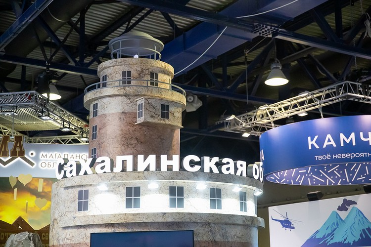 Визитной карточкой стенда стал сахалинский маяк Анива. Фото предоставлено пресс-службой правительства Сахалинской области.