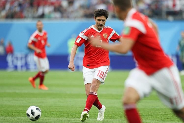 Смокинг на полузащитнике сборной России смотрелся не хуже футбольной формы