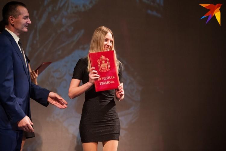 Актеров и зрителей наградили почетными наградами