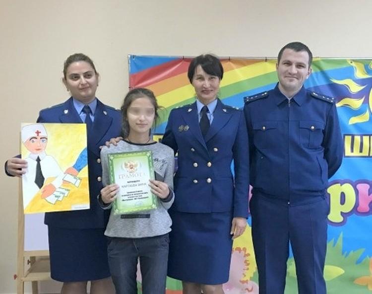 Ольга Швецова (в центре, обнимает девочку). Фото: пресс-служба Прокуратуры Северной Осетии