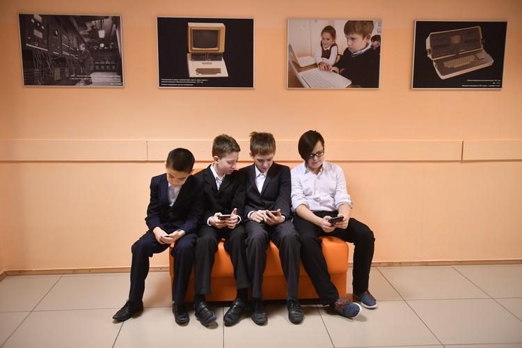 Диапазон применения мобильных телефонов колеблется от полного запрета до использования под контролем педагогов